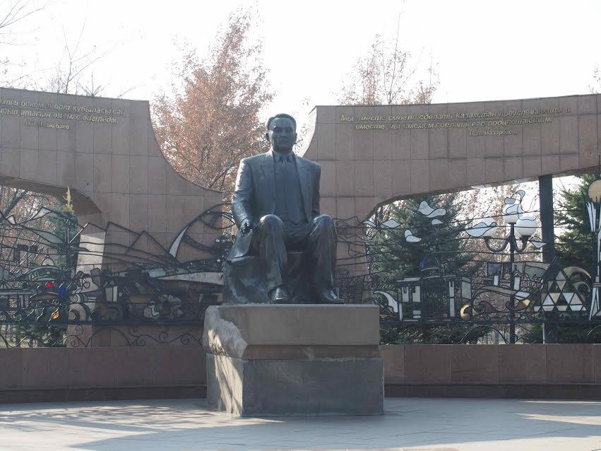 Statue de Noursoultan Nazarbaïev à Almaty