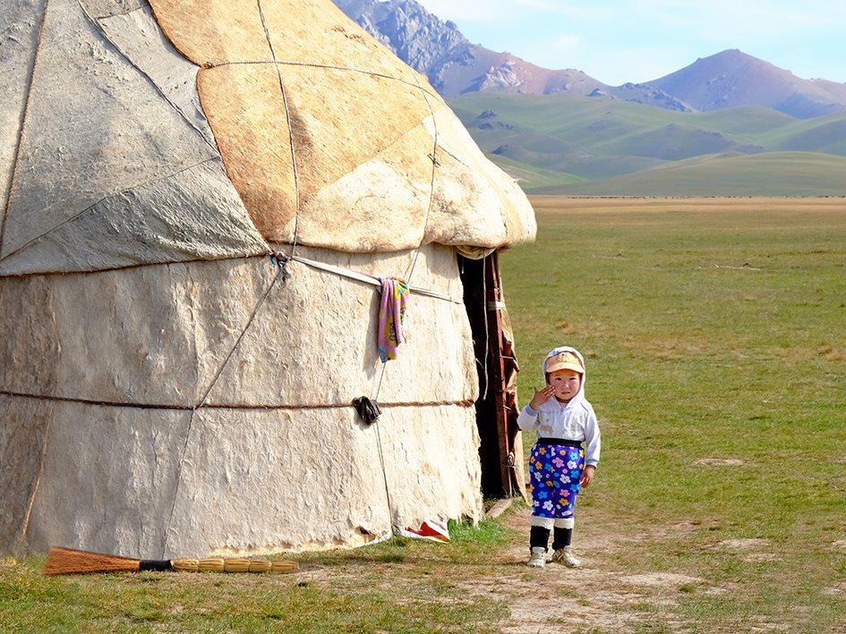 Pendant que les hommes surveillent les troupeaux et que les femmes s'occupent des tâches ménagères, les enfants restent à proximité du campement.