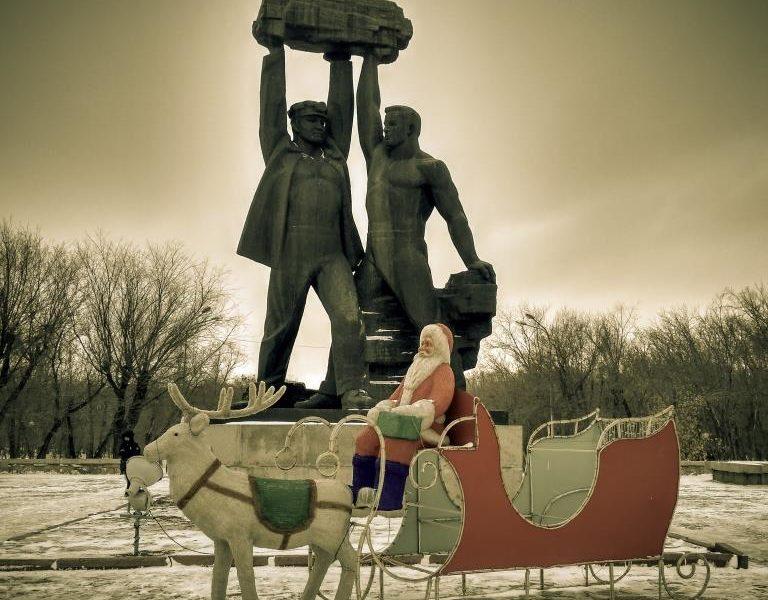 Père Noël Kazakhstan statues