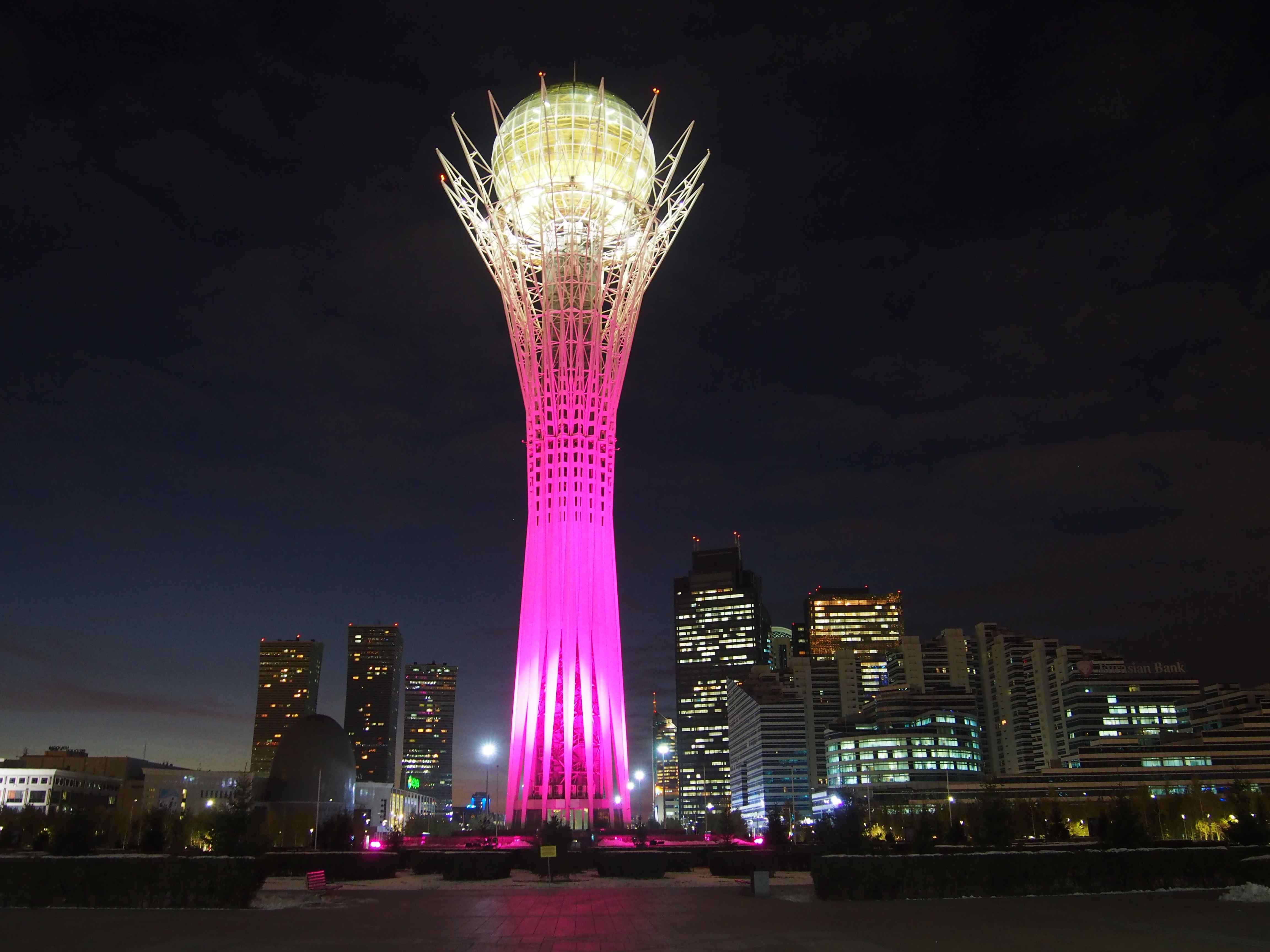 La capitale kazakhe, Astana, de nuit