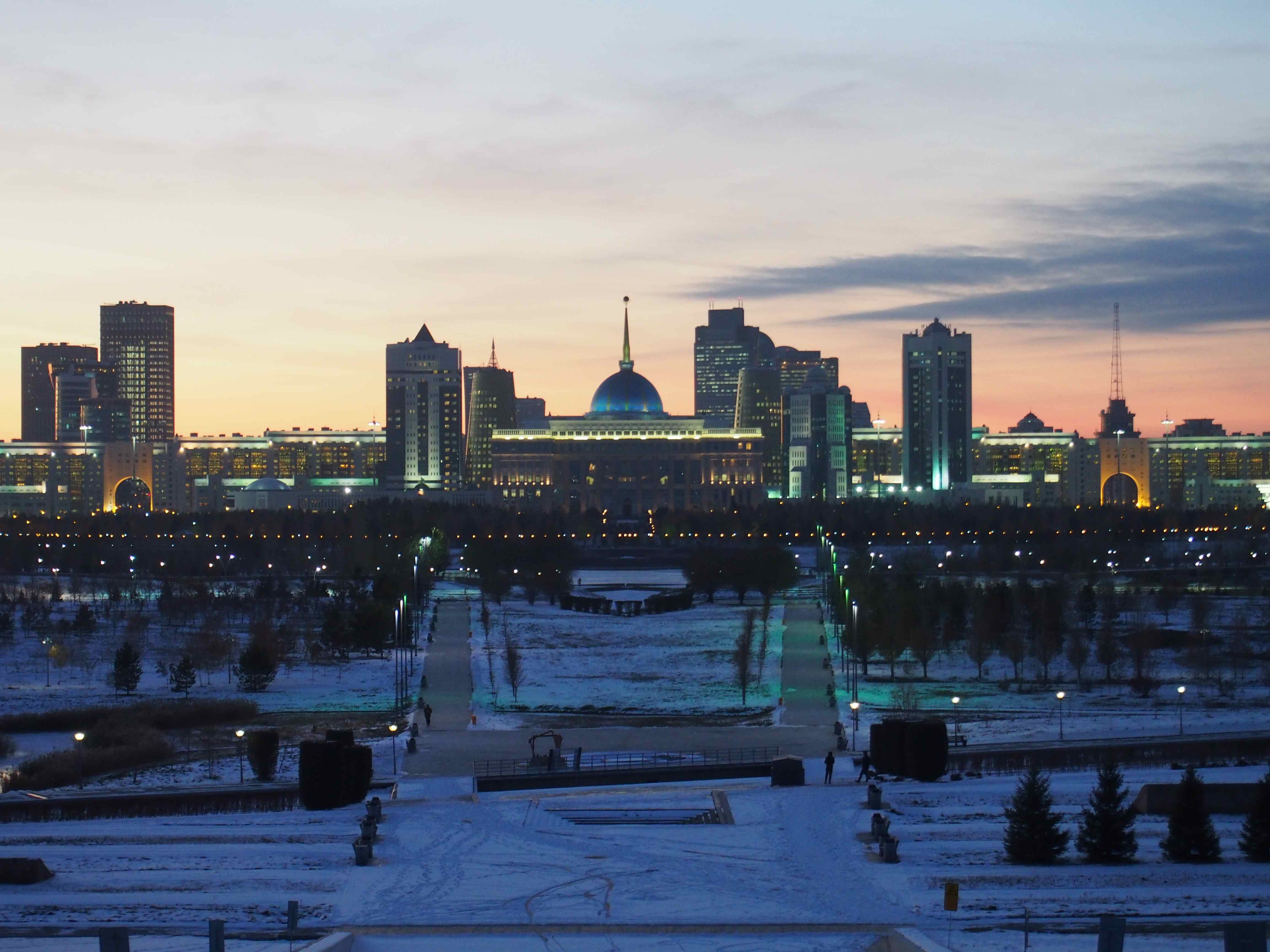 Coucher de soleil sur le palais présidentiel à Astana
