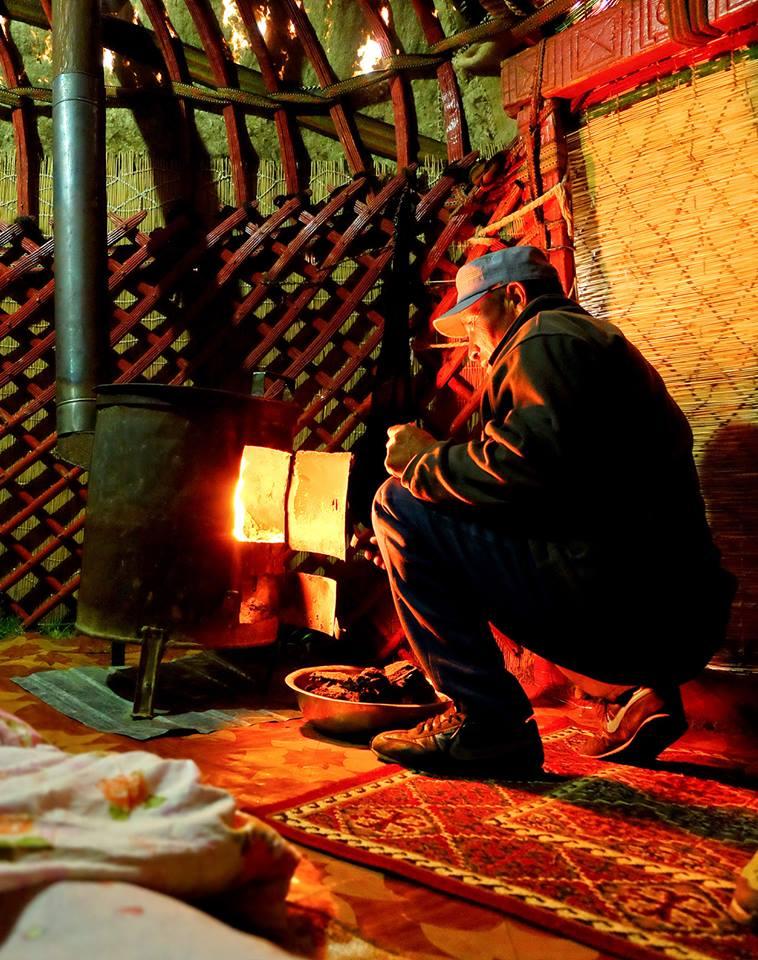 De la tourbe séchée, de l'essence et une allumette : voilà de quoi réchauffer la yourte pour la nuit.