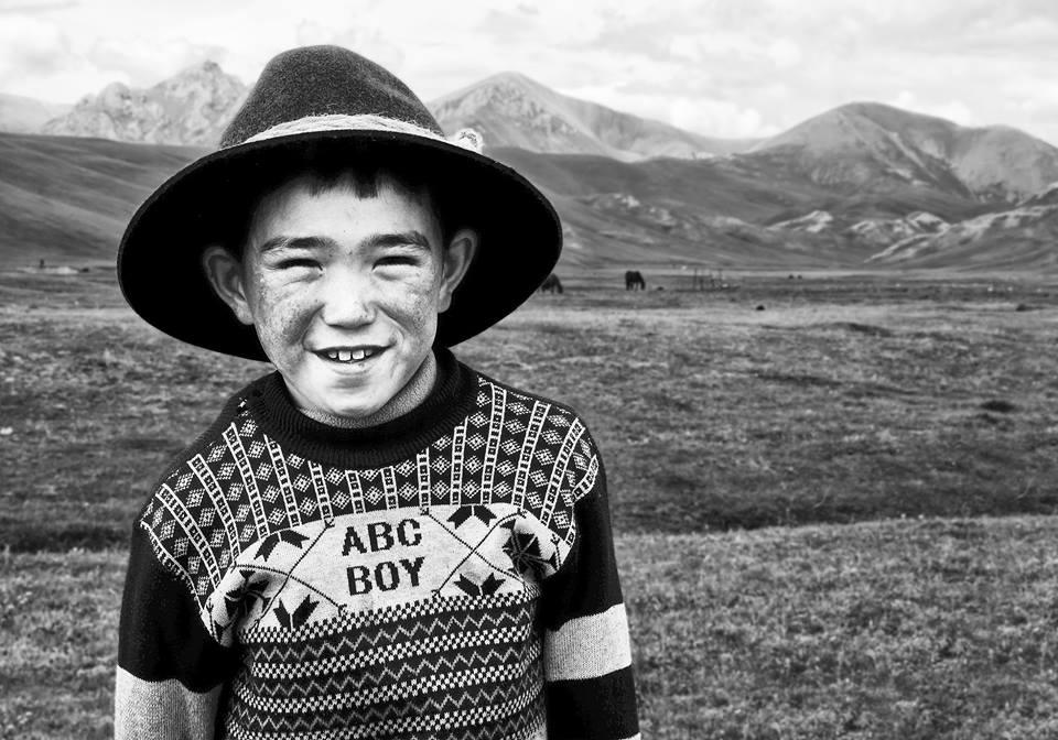 Une yourte seule, entre la rivière et l'unique route menant au lac Son Koul. C'est amusé et intrigué que le plus jeune garçon prend spontanément la pose.