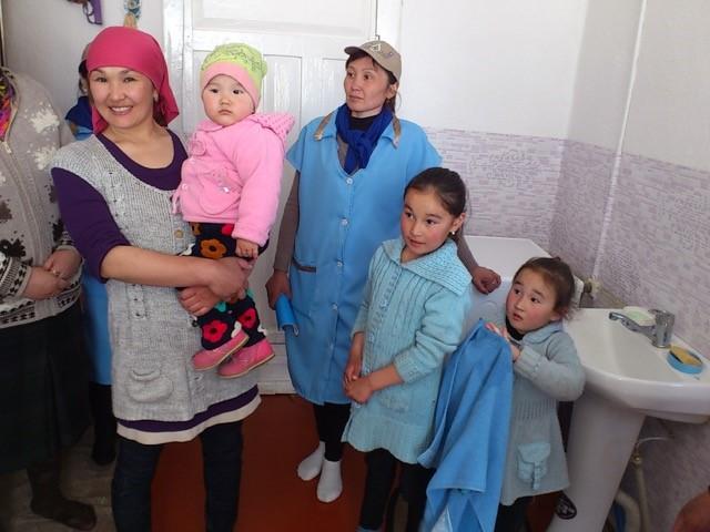 Visite des installations sanitaires dans l'école d'An-Oston