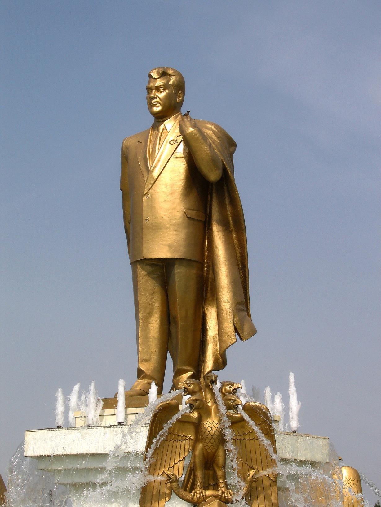 Statue Or Turkménistan Saparamourat Niyazov