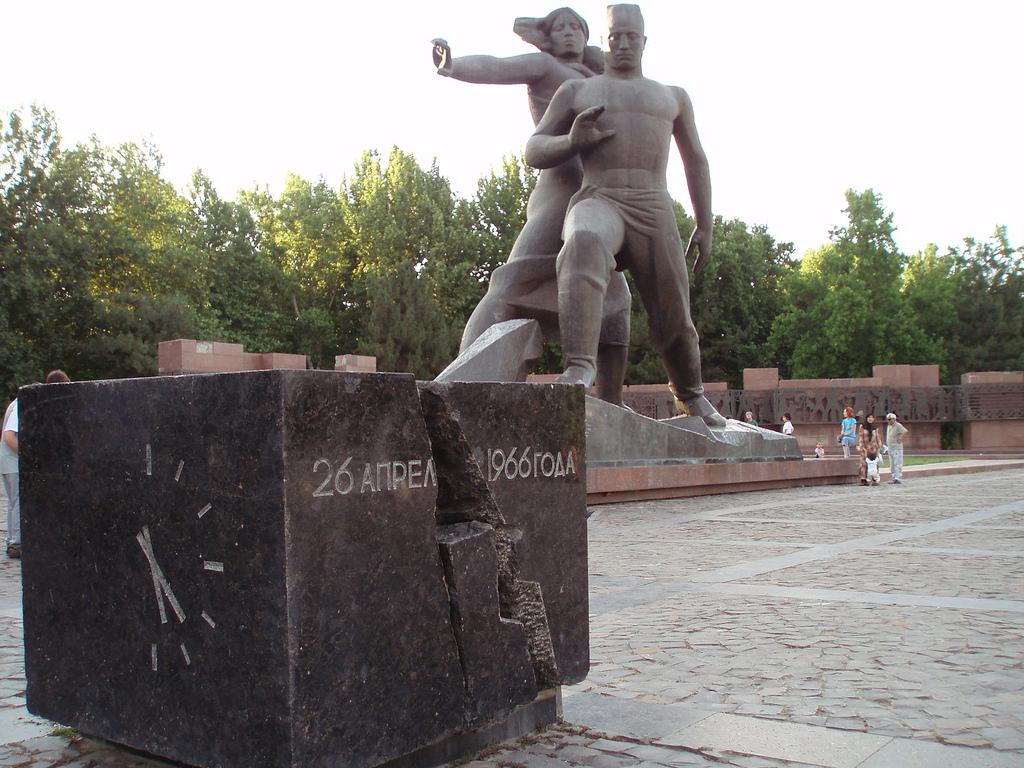 Ouzbékistan Tachkent URSS statue tremblement de terre