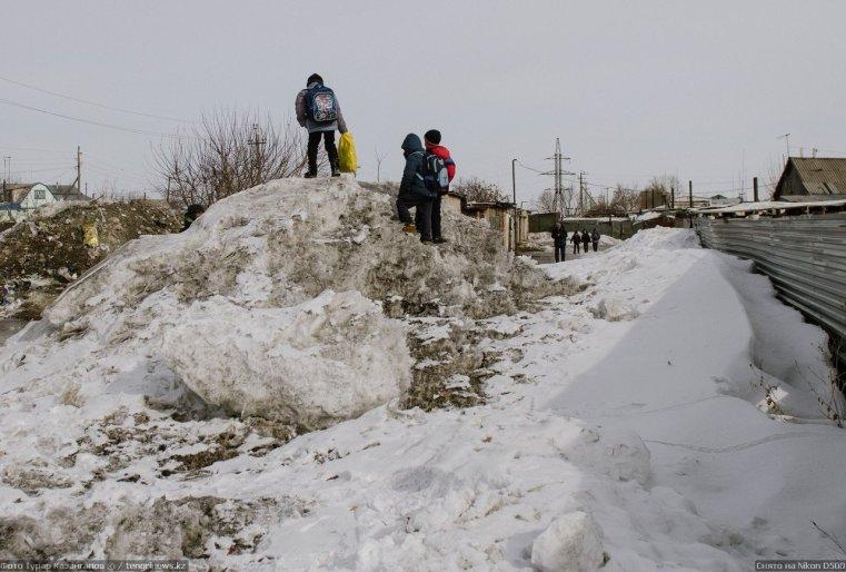 Prigorodny Kazakhstan Enfants neige