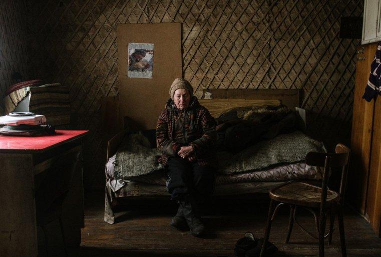 Une femme dans sa modeste habitation dans le nord du Kazakhstan à Ekibastus.