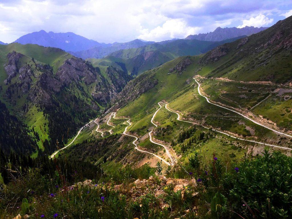 Chemin Montagne Kirghizstan