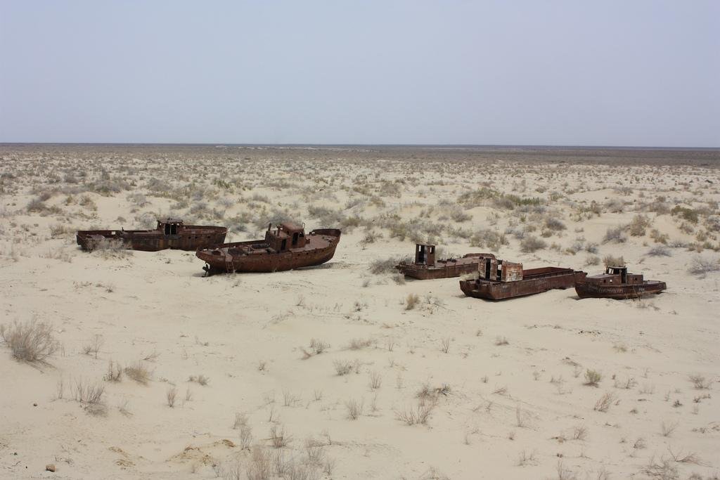 Moynaq Aral mer désert bateau Ouzbékistan