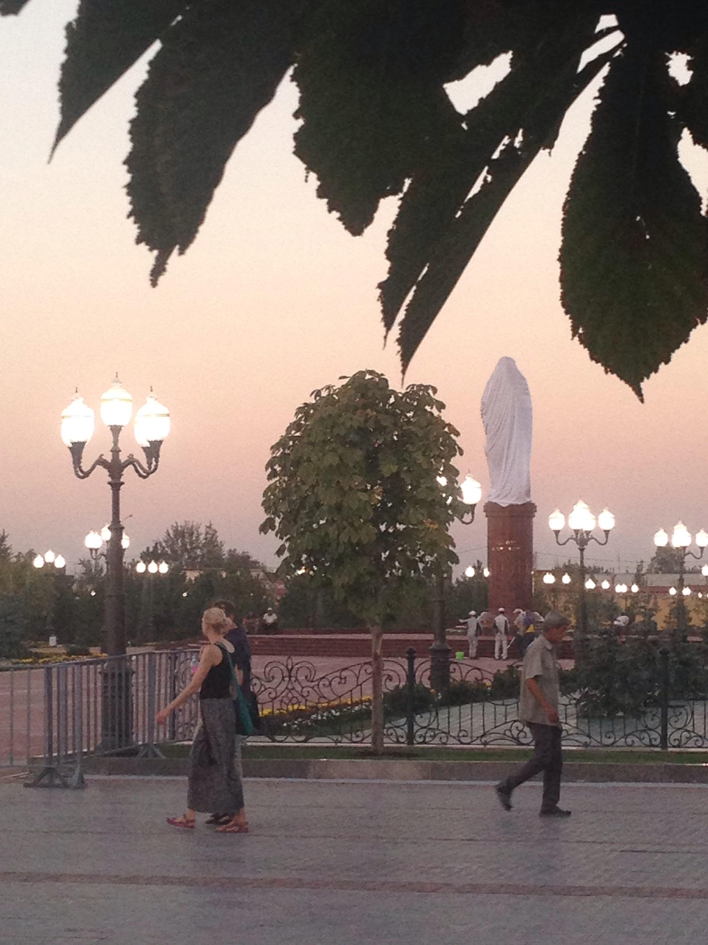 tachkent karimov statue