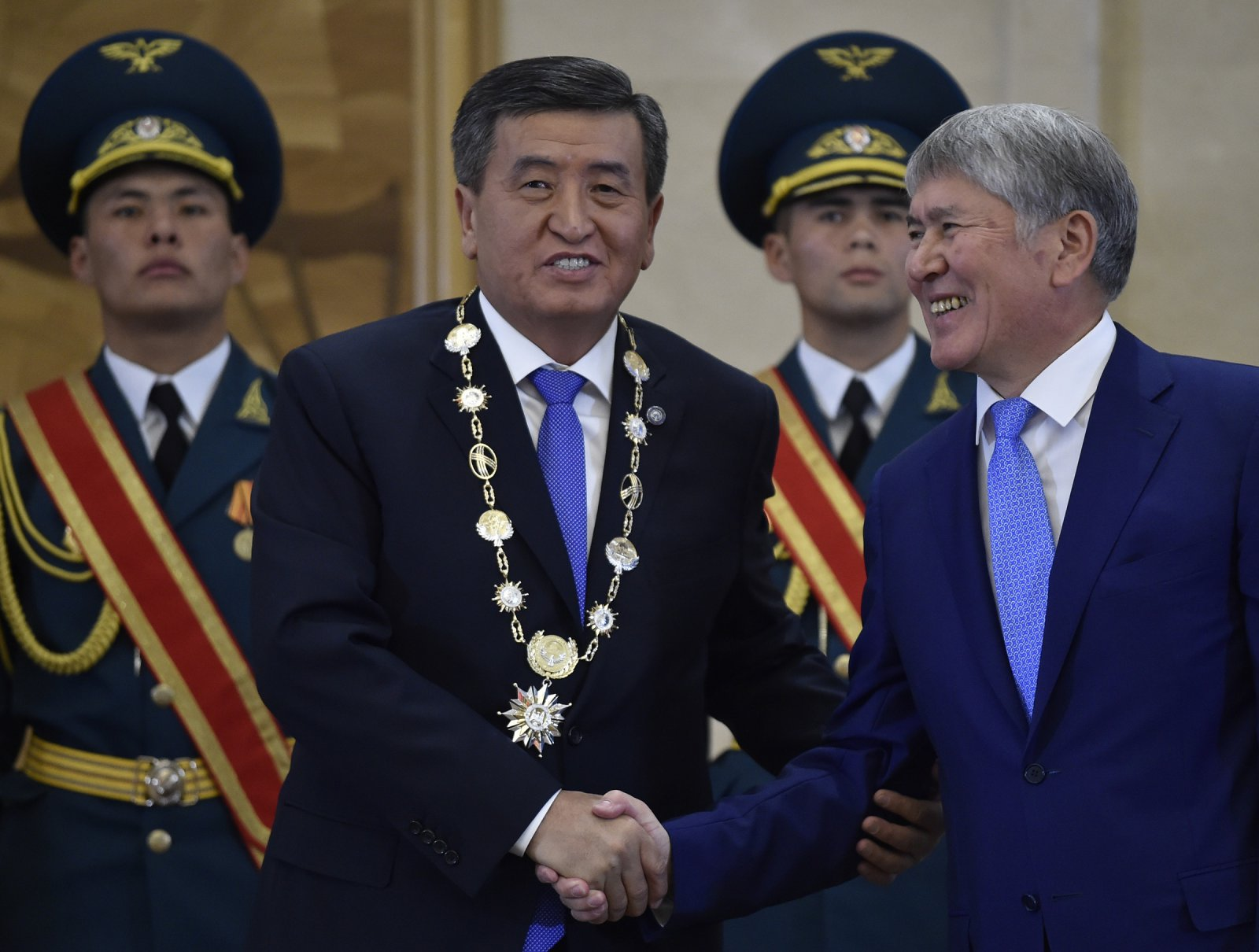 Sooronbaï Jeenbekov Almazbek Atambaïev Président Kirghizstan Passation