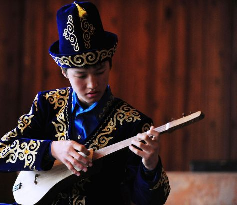 Étudiant Komuz Costume Bichkek