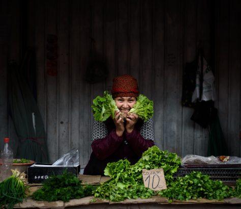 Portrait d'une vendeuse au Och-Bazaar de Bichkek