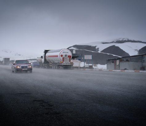 Route au Kirghizstan en hiver