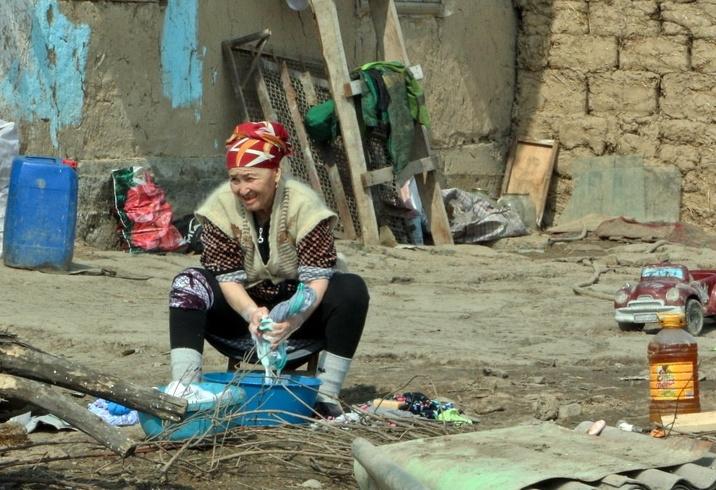 Kirghizstan Banlieue Muras-Ordo Altyn-Kazyk Maison Terre Illégal Femme