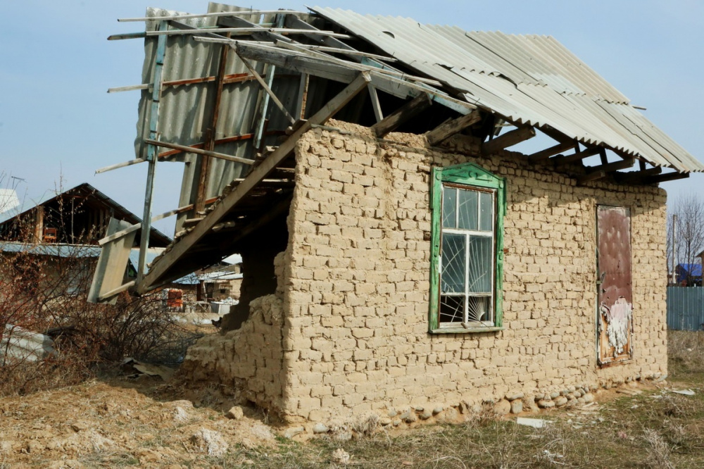 Kirghizstan Banlieue Muras-Ordo Maison Terre Illégal Toit