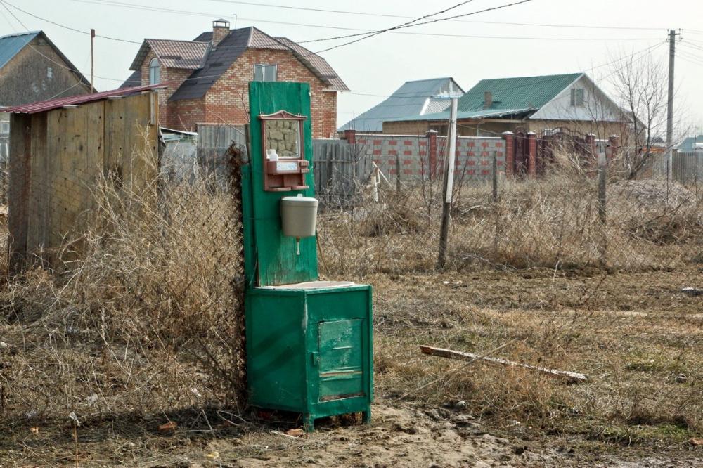 Kirghizstan Banlieue Muras-Ordo Altyn-Kazyk Maison Terre Illégal Eau Fontaine