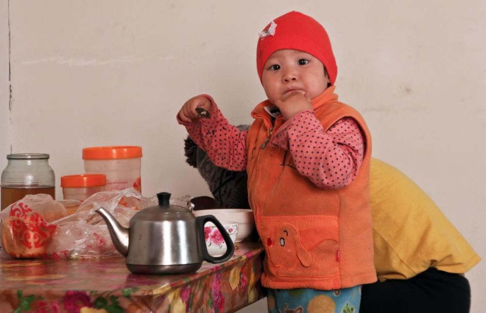 Kirghizstan Banlieue Muras-Ordo Altyn-Kazyk Maison Terre Illégal Enfant Thé Cuisine
