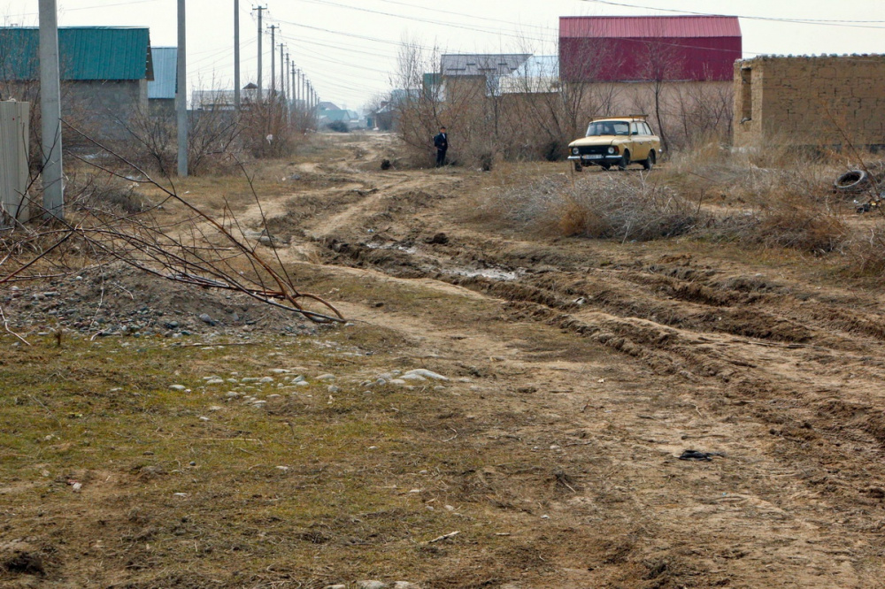 Kirghizstan Banlieue Muras-Ordo Altyn-Kazyk Maison Terre Illégal Voiture Chemin