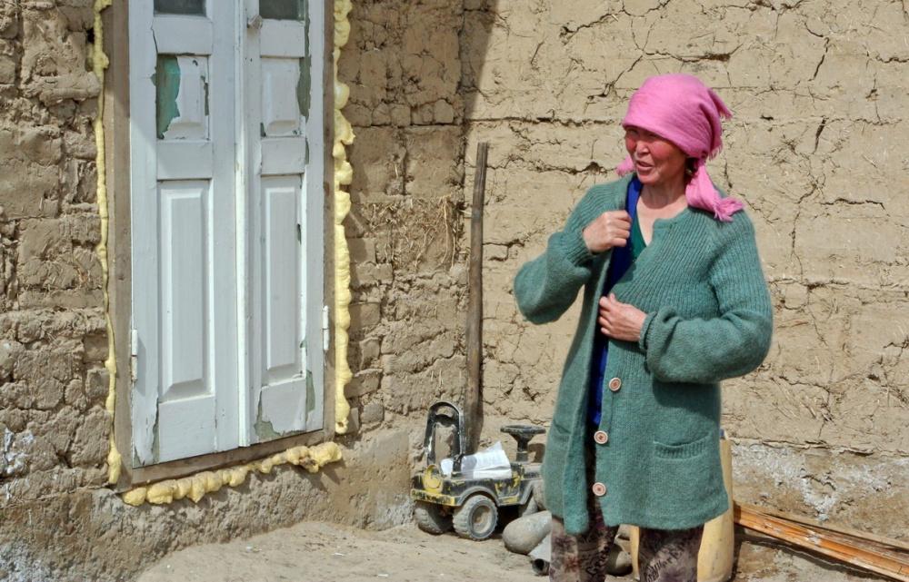 Kirghizstan Banlieue Altyn-Kazyk Maison Terre Illégal Femme