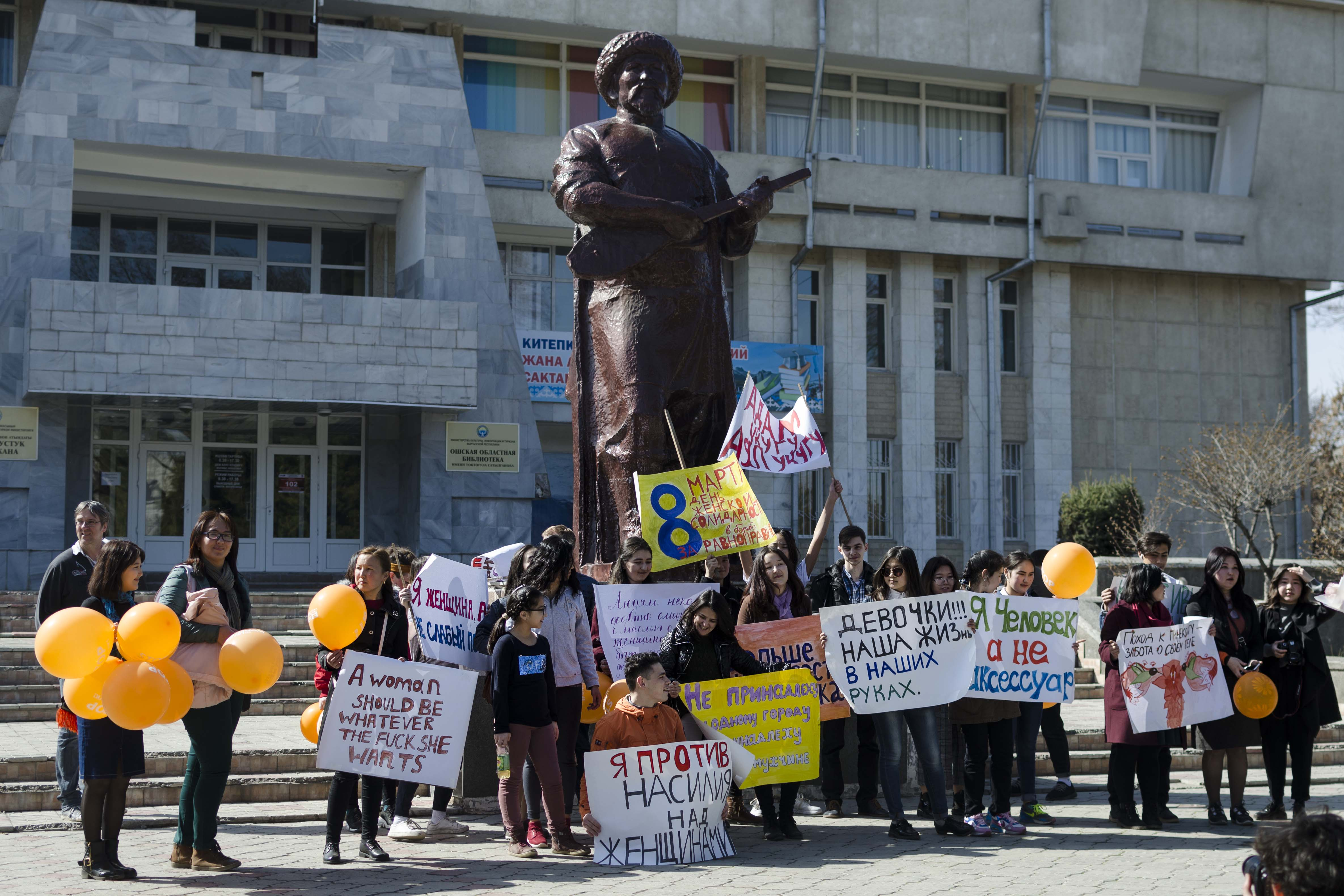 Manifestants à Och à l'occasion de la journée pour les droits de la femme