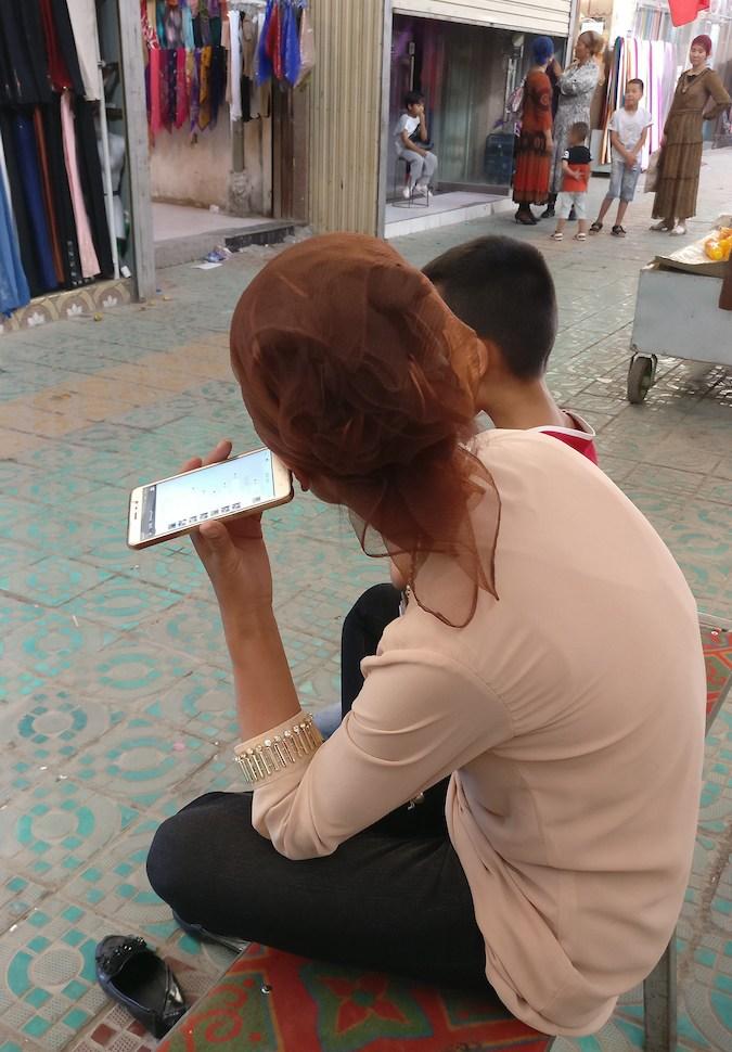 Femme Ouïgours Smartphone WeChat