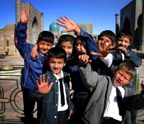Des écoliers devant le Régistan à Samarcande, Ouzbékistan
