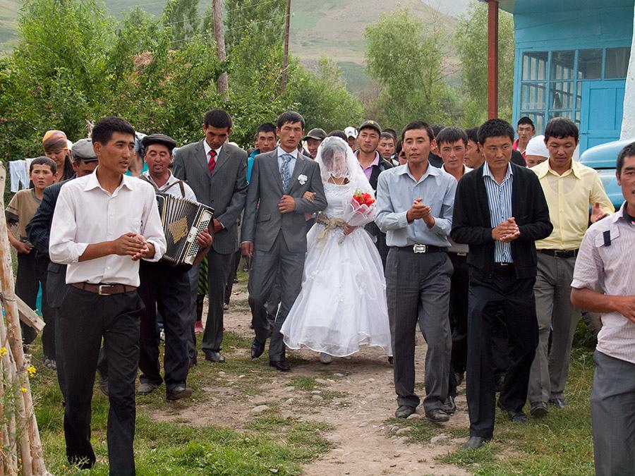 Un mariage kirghiz - l'occasion d'une Toi