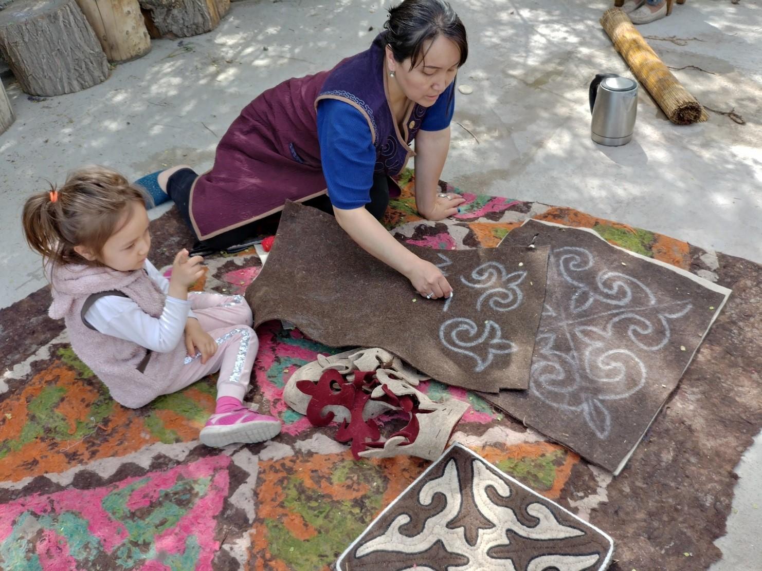 femme tapis dessin feutre Kirghizistan