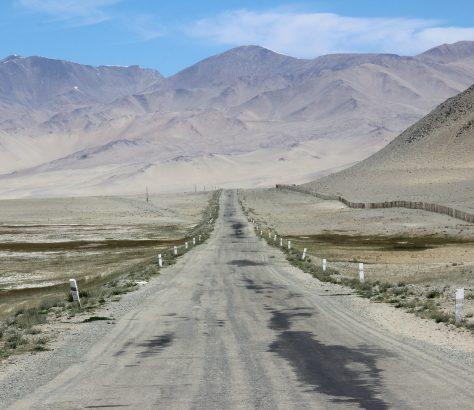 Tadjikistan Route Montagne Vallée Attaque Cyclistes