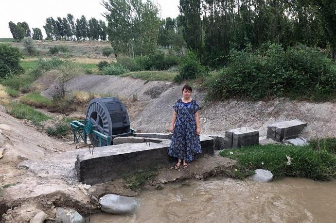 Zoulfia Mamada devant sa micro-centrale hydroélectrique