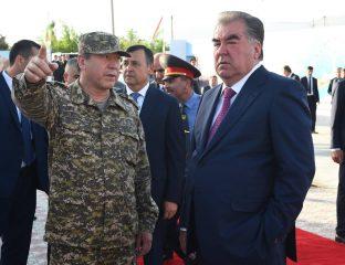 Le président tadjik, Emomalii Rahmon en discussion avec un militaire tadjik