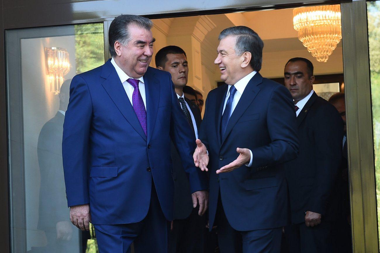 Le président tadjik, Emomalii Rahmon accueilli par son homologue ouzbek, Chavkat Mirzioïev à Tachkent le 17 août 201