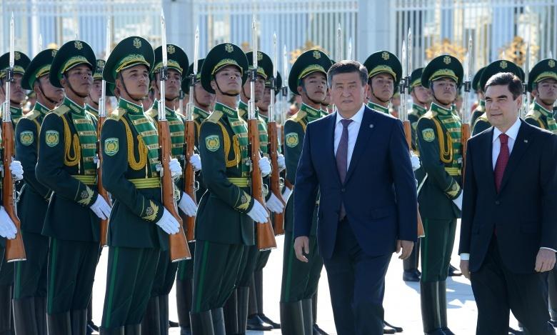 Présidents kirghiz turkmène garde d'honneur