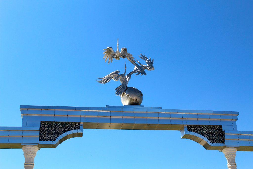 Les trois cigognes, symbole de l'Etat ouzbek indépendant, sur la place de l'indépendance (mutaqilik) à Tachkent.