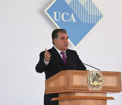 Le président tadjik, Emomali Rahmon lors de son discours d'ouverture de l'Université d'Asie Centrale (UCA) à Khorog dans la région autonome du Gorno-Badakhchan