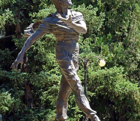 Une statue du danceur de ballets Cholponbek Bazarbaïev