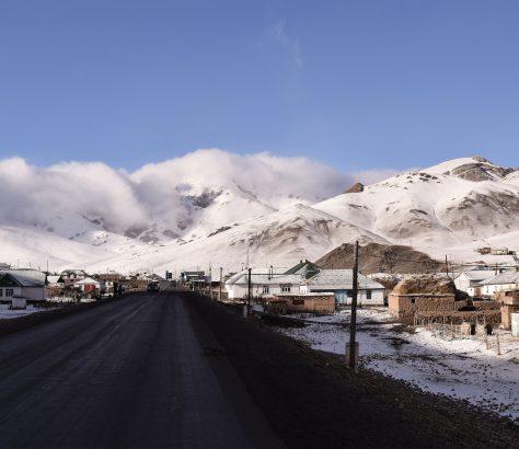 Sary-Tach est le dernier village sur le côté kirghizstanais du fameux Pamir Highway, ou Pamirskiy Trakt, cette route M41