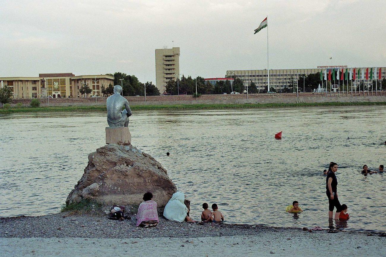 Les soirs d'été pour se rafraîchir, les habitants de Khodjent se baignent dans la Syrdarya