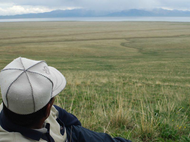 Chaque été, le grand-père passe au moins quelques semaines auprès de sa famille dans les yourtes près du lac Song-Koul au Kirghizstan.