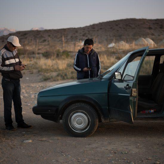 Certaines zones du Kirghizistan sont difficilement desservies en réseau téléphonique. La découverte d'un signal est parfois un bon prétexte pour faire une pause au bord de la route.