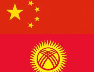 Le drapeau chinois et le drapeau du Kirghizstan