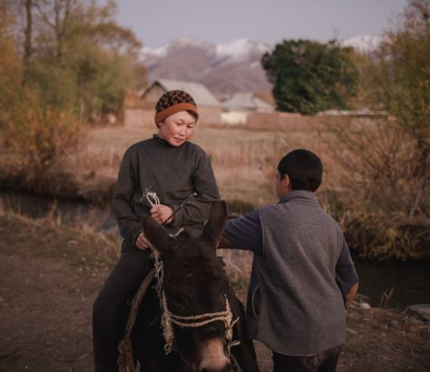 Deux jeunes garçons discutent à Kyzart, dans le centre du Kirghizstan
