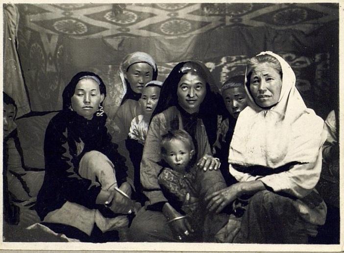 Kazakhs Femmes Yourte Portrait Semipalatinsk Kazakhstan XIXème XXème siècle 19ème 20ème Photographies Histoire Société