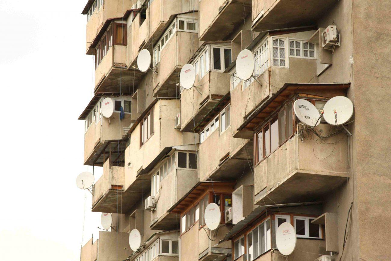 Un immeuble typique de l'Union soviétique dans la capitale tadjike. Les différentes fenêtres montrent que malgré l'homogéneité du bâtiment, les habitants ont chacun aménagé leur appartement à leur goût.