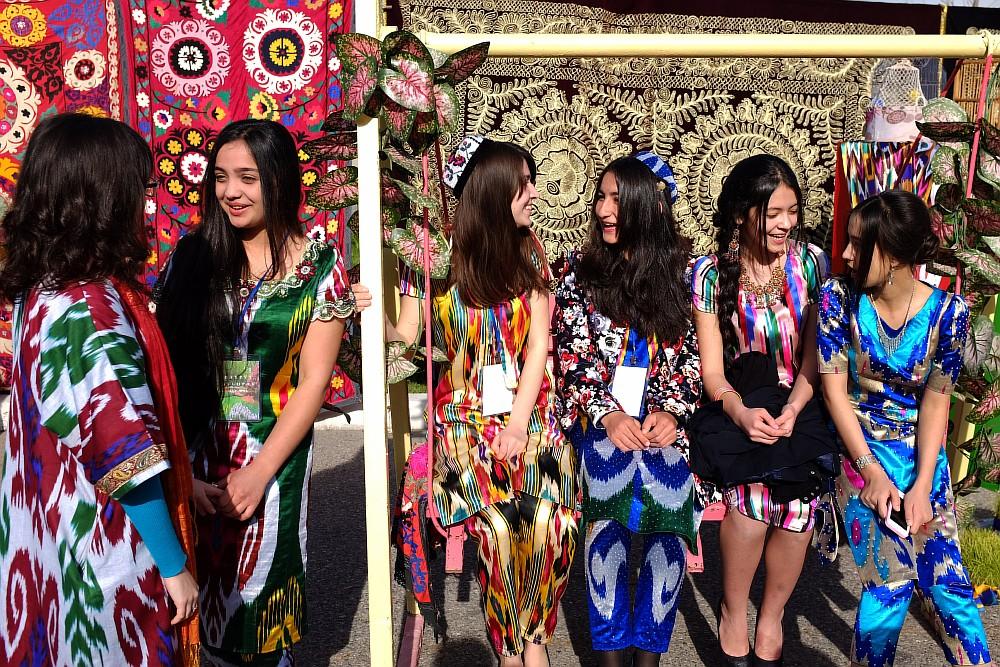 Balanciaga Ouzbékistan motifs filles