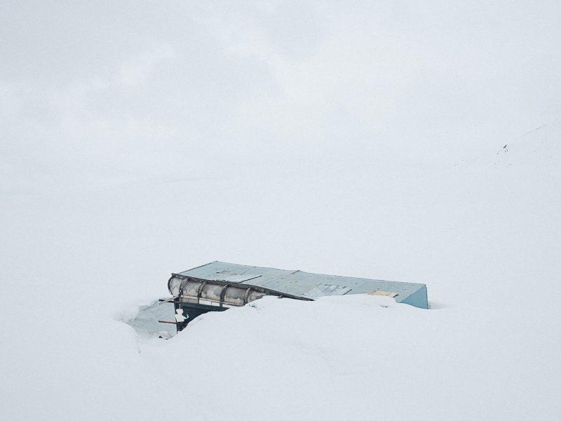 Dans les montagnes, une cabane servant a la transhumance est laissée a l'abandon au coeur de l'hiver kirghiz