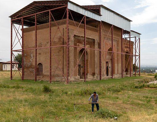 Les trois mausolées d'Uzgen, dans le centre du Kirghizstan, datent du XIIème et XIIIème siècles.