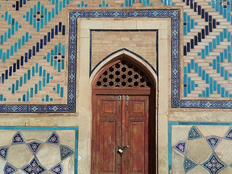 Une des portes du mausolée de Yasavi au Turkestan.